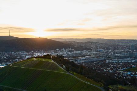 Uitzicht op de idyllische wijngaarden en fruitboomgaarden van Stuttgart-Rotenberg Duitsland Grabkapelle