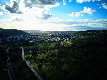 Landschaft zwischen Weinbergen von oben bei Sonnenuntergang erschossen