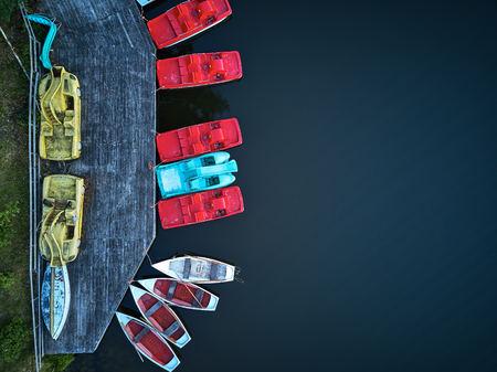 Tretboote von oben, oben in Struktur und rot