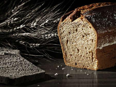 La imagen en blanco y negro muestra rodajas de pan, cereales y una color de la barra de pan Foto de archivo - 8489075