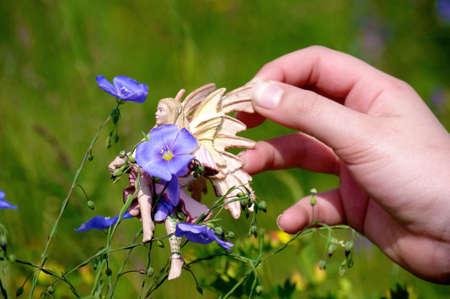 igrave: Enfant jouant dans un jardin en fleurs Stock Photo