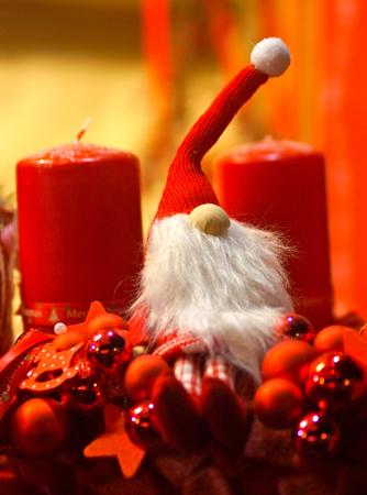christmas crown: Pre Navidad y Adviento velas Corona  's Foto de archivo