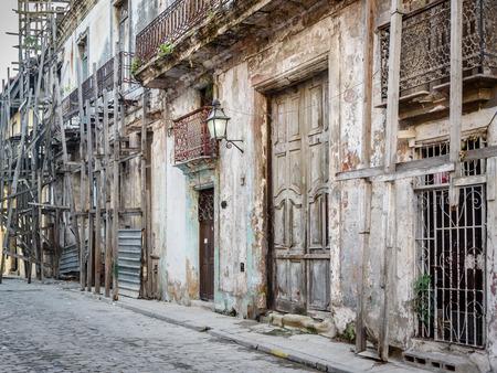 Old worn out doorway in Havana, Cuba Banco de Imagens - 90017366