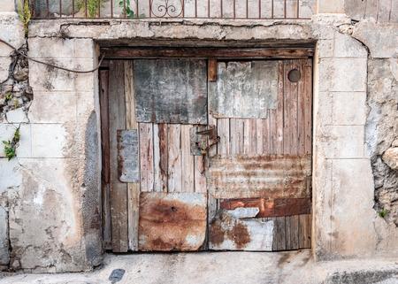 Old worn out doorway in Havana, Cuba Banco de Imagens - 89939910