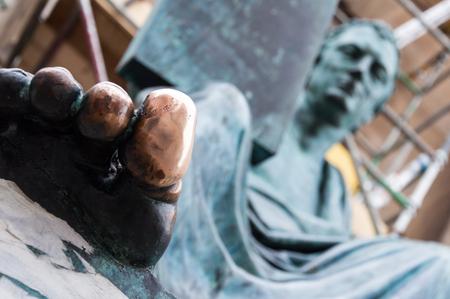 Statue with a lucky big toe in Edinburgh, Scotland Banco de Imagens - 95516317