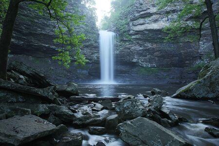 Cedar Falls Arkansas waterfall with rocky creek 免版税图像