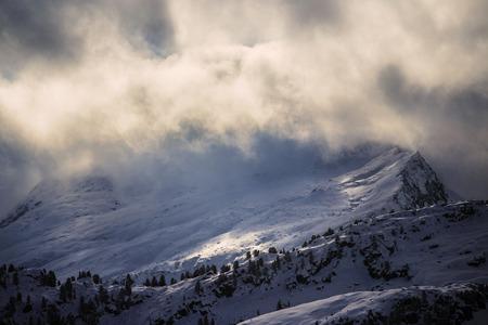Prime ore del mattino nuvole sopra la collina di montagna nel paesaggio invernale Archivio Fotografico - 91255655