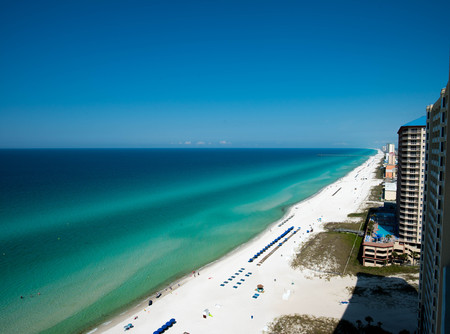 Panama City Beach Florida emerald coast with pier in the background 版權商用圖片 - 104322330