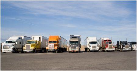 een groep van grote vrachtauto's op een rij