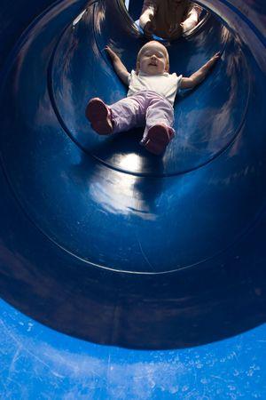 幼児がスライドをダウンします。 写真素材