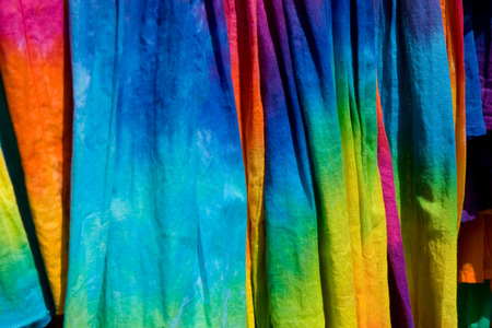 pattern shot of a group of tie-dye t-shirts on a store rack Banque d'images