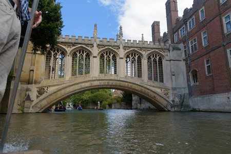 Bridge of Sighs at St Johns College in Cambridge from punt boat 報道画像