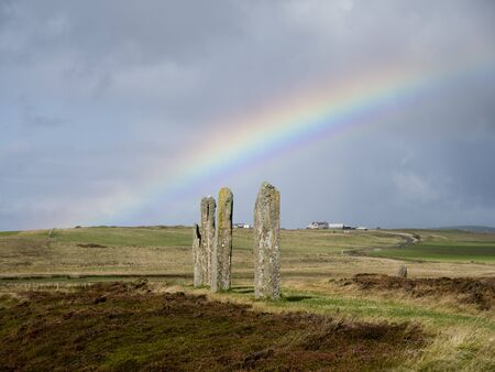 A rainbow over standing stones in The Ring of Brodgar in Orkney, Scotland, UK 版權商用圖片