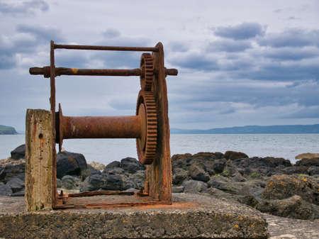 An abandoned, rusting boat winch on the Northern Ireland Antrim coast near Portstewart. Standard-Bild