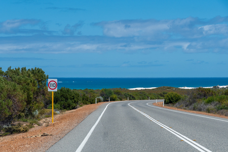 Indian Ocean Road at West coast of Australia close to Perth with bushes and the ocean Stockfoto