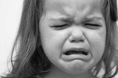 enfant qui pleure: Petite fille pleure en noir et blanc