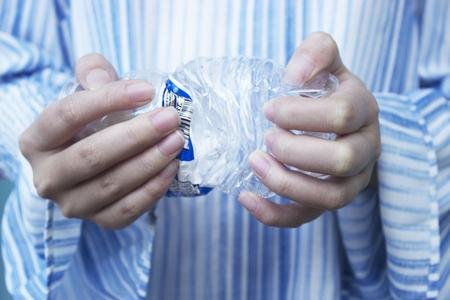 fille écraser une bouteille d'eau Banque d'images