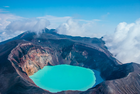 Sulfur lake in volcano's carter, Kamchatka, Russia Banque d'images