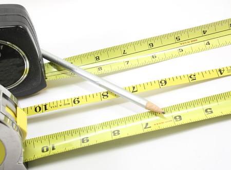 白い背景に3本のテープメジャーと鉛筆。 写真素材