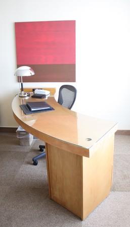 고급 호텔 객실 스위트에서 책상.