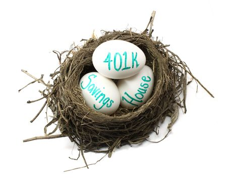 retirement nest egg: A birds nest showing eggs with 401k, house, and savings.  Concept of investing or retirement nest egg. Stock Photo