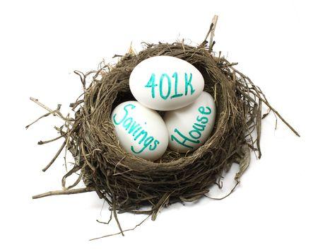 Un nid d'oiseaux montrant des œufs avec 401k, une maison et des économies. Concept d'investissement ou de pécule de retraite.