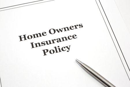 reclamo: Una p�liza de seguro de los propietarios de la casa con un l�piz listo para ser firmado.  Foto de archivo