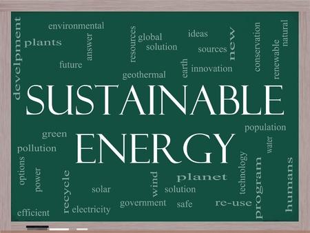ソリューションでは、太陽、地球、惑星、リサイクル、グリーンなどの用語を黒板に持続可能なエネルギー単語の雲の概念。