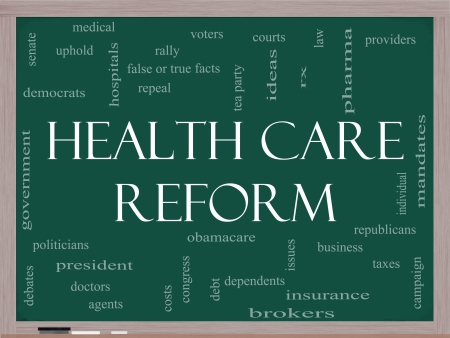 Hervorming van de Gezondheidszorg Word Cloud Concept op een schoolbord met grote termen als gezondheidszorg, politiek, rechtbanken, verzekeringen, kosten, het bedrijfsleven, de intrekking en nog veel meer
