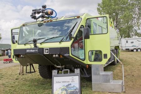 Striker: Oshkosh, WI - 27 lipca: żółty i czarny Oshkosh Corp Striker 3000 pojazd 6x6 na wyświetlaczu 2012 AirVenture w EAA w dniu 27 lipca 2012 w Oshkosh, w stanie Wisconsin. Publikacyjne