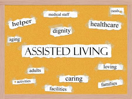 dignidad: Palabra Assisted Living concepto de nube de palabras en papel de cuaderno pegada en un panel de corcho y las condiciones de calidad, como la dignidad, el cuidado, la atenci�n sanitaria, los servicios y m�s.