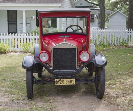 ford: Waupaca, WI - AUGUSTUS 25: Vooraanzicht van een 1926 Ford Model T rode auto op de 10e Annual Waupaca Rod & Classic Car Club Car Show op 25 augustus 2012 in Waupaca, Wisconsin.
