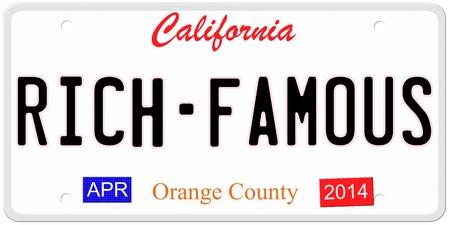 Een imitatie California kenteken met april 2014 stickers en RICH FAMOUS geschreven op het maken van een geweldig concept. Woorden op de bodem Orange County.