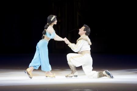 Green Bay, WI - 10 marzo: Proporre Aladdin e Jasmine sui pattini da Aladdin a Disney in mostra Ice Treasure Trove presso il Centro Resch il 10 marzo 2012 a Green Bay, Wisconsin. Archivio Fotografico - 17838574