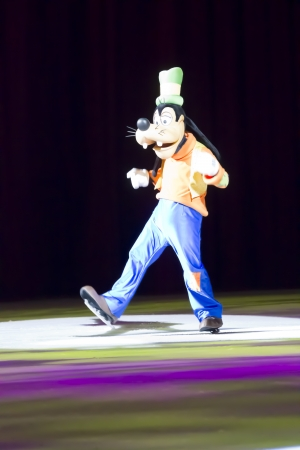 treasure trove: GREEN BAY, WI - MARCH 10: Goofy skating at the Disney on Ice Treasure Trove show at the Resch Center on March 10, 2012 in Green Bay, Wisconsin. Editorial