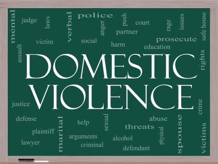 violencia sexual: Violencia en el hogar Palabra Nube Concepto en una pizarra con t�rminos tales como v�ctima, asalto, juez, da�o, social, educaci�n y mucho m�s.