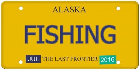 Een imitatie Alaska kentekenplaat met juli 2016 stickers en VISSEN geschreven op het maken van een geweldig concept. Woorden op de bodem Last Frontier. Stockfoto