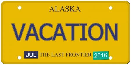 Een imitatie Alaska kentekenplaat met juli 2016 stickers en VAKANTIE geschreven op het maken van een geweldig concept. Woorden op de bodem Last Frontier.