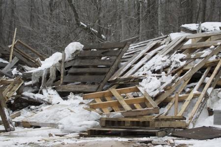 눈에 쌓여 매 립 지 외부 나무 팔레트의 스택.