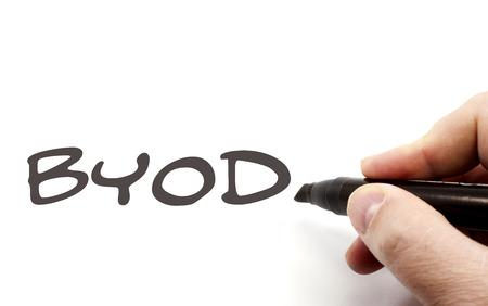 BYOD of Bring Your Own Device wordt geschreven door een hand met een zwarte stift.