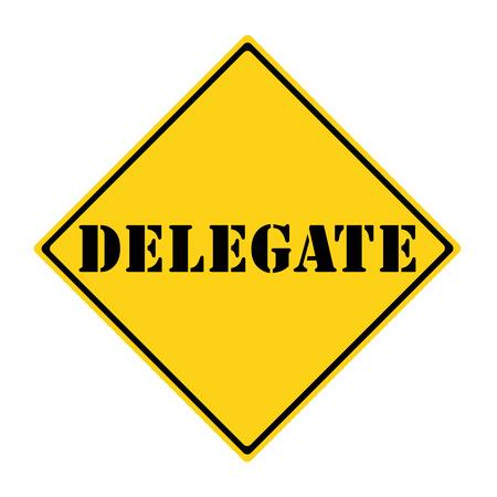 delegar: Un diamante en forma de se�al de tr�fico amarillo y negro con la palabra DELEGADO haciendo un gran concepto. Foto de archivo