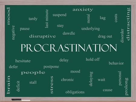 Procrastination Word Wolke Konzept auf einer Tafel mit großen Begriffen wie Angst, Verzögerung, Verhalten und mehr. Standard-Bild