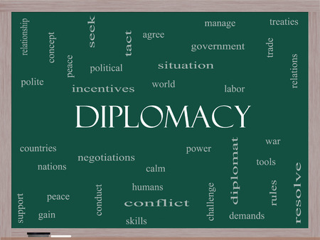 tratados: Diplomacia Palabra Nube Concepto en una pizarra con los t�rminos de la talla mundial, la paz, las negociaciones y mucho m�s.