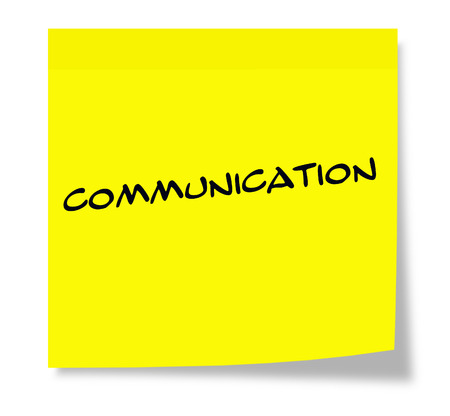 Communicatie geschreven op een papieren gele notitie maken van een geweldig concept.