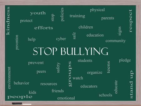 respeto: Deje de Bullying Palabra Nube Concepto en una pizarra con los términos tales como estudiantes, cyber, seguridad y más.