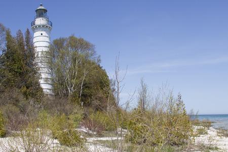 lake michigan lighthouse: Una vista del lago Michigan del faro de la isla de Cana, en el condado de Door Wisconsin, al sur de Baileys Harbor. Construido en 1869, es de 89 pies de altura. Foto de archivo