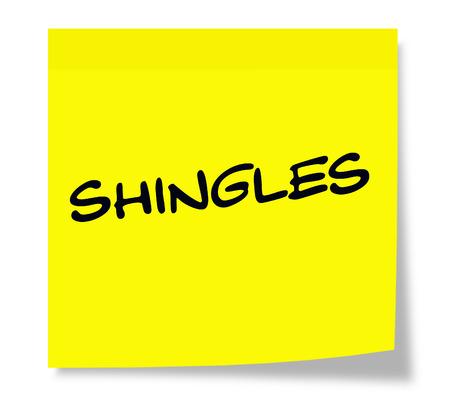 shingles: La culebrilla escrito en una nota adhesiva amarilla haciendo un gran concepto. Foto de archivo