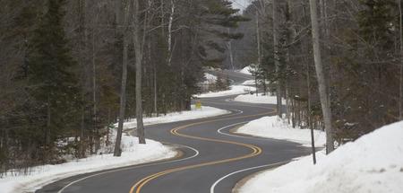 北部のウィスコンシン州日冬の長くて曲がりくねった道セクション 写真素材