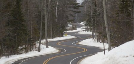 A Long and Winding Road section in Winter on a northern Wisconsin day 版權商用圖片 - 38932579