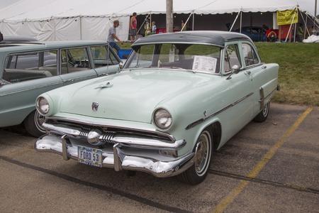 superdirecta: Iola, WI - 12 de julio: 1953 Verde Ford Customline Overdrive coches en Iola 42a anual Feria del autom�vil de 12 de julio 2014 en Iola, Wisconsin.